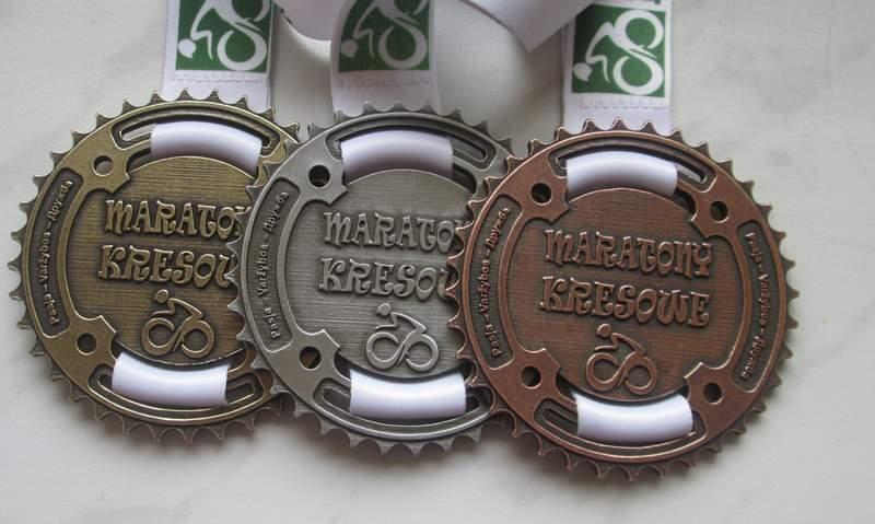 Medale odlewane personalizowaną taśmą