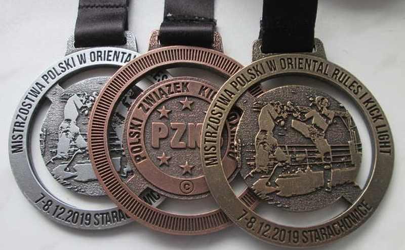 Medal odlewany, ażurowy, z dedykowaną taśmą