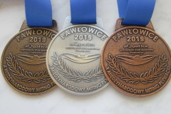 Medale odlewane,  z szeroką,  jednokolorową taśmą
